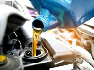Sipanje ulja u automobil