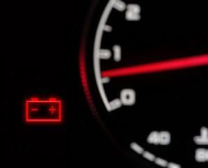 Uzroci Paljenja Lampice Akumulatora na  Kontrolnoj Tabli